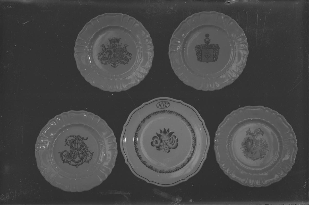 ::  Gefle Porslinsbruk AB bildades 22 september 1910 av Gustav Holmström och skeppsredare Erik Brodin. 1911 kunde produktionen komma igång. År 1913 ombildades företaget och byte namn till Gefle Porslinsfabrik AB. 1979 lades fabriken ned.