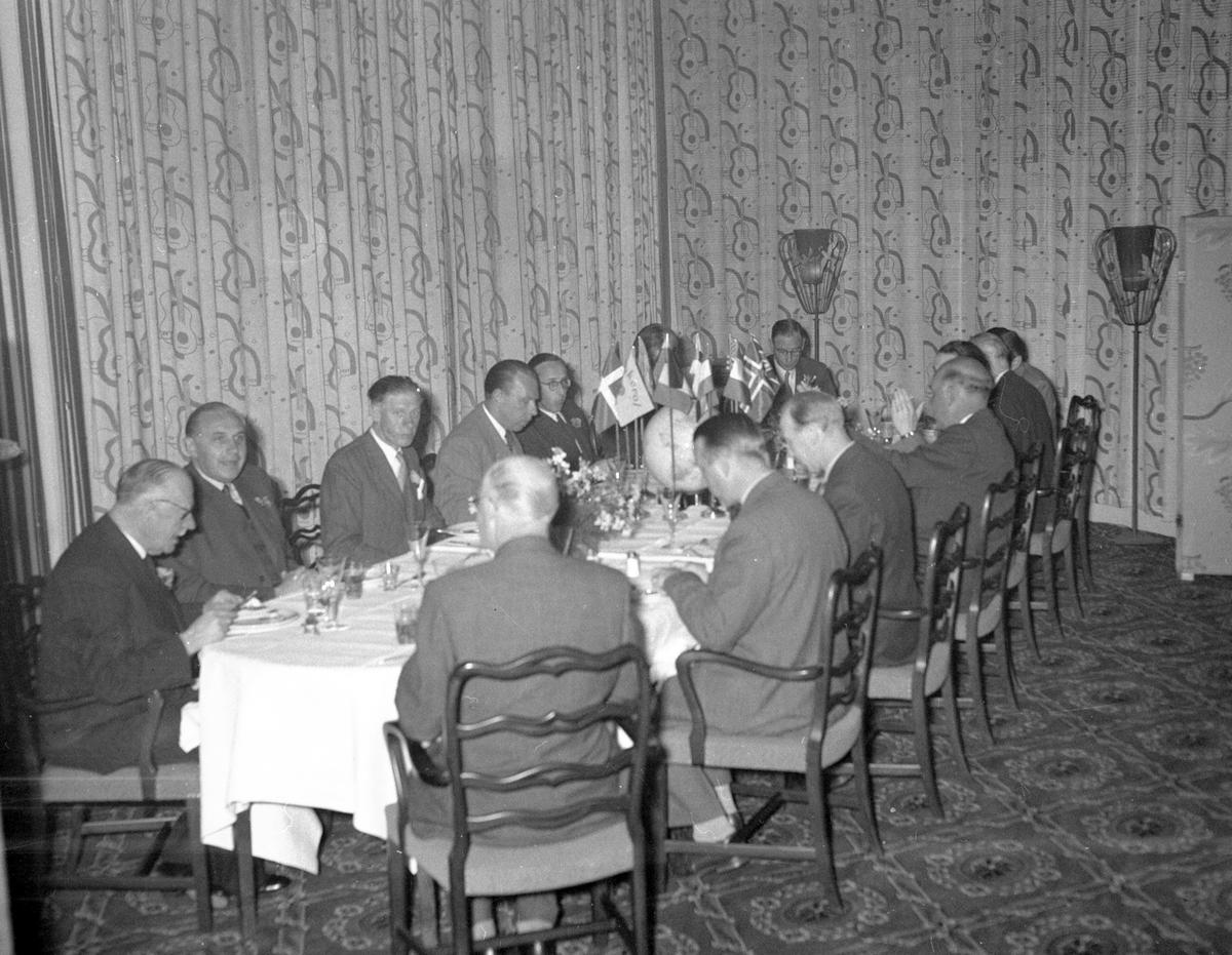 Direktör Sven Ahlgren, firmafest på Central Hotellet, Gävle. 7 juni 1952.