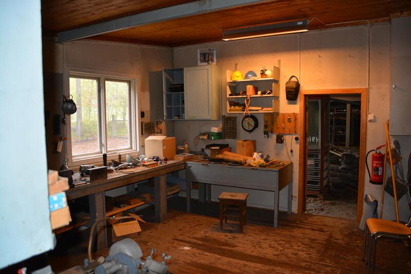 Arbeidsbenk med verktøy og maskiner (Foto/Photo)