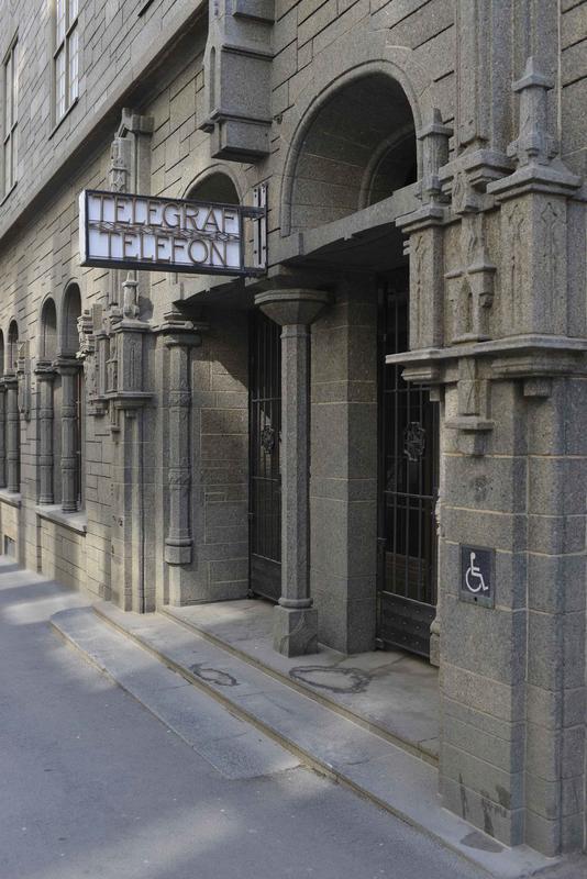 Inngangsparti med skilt (Foto/Photo)