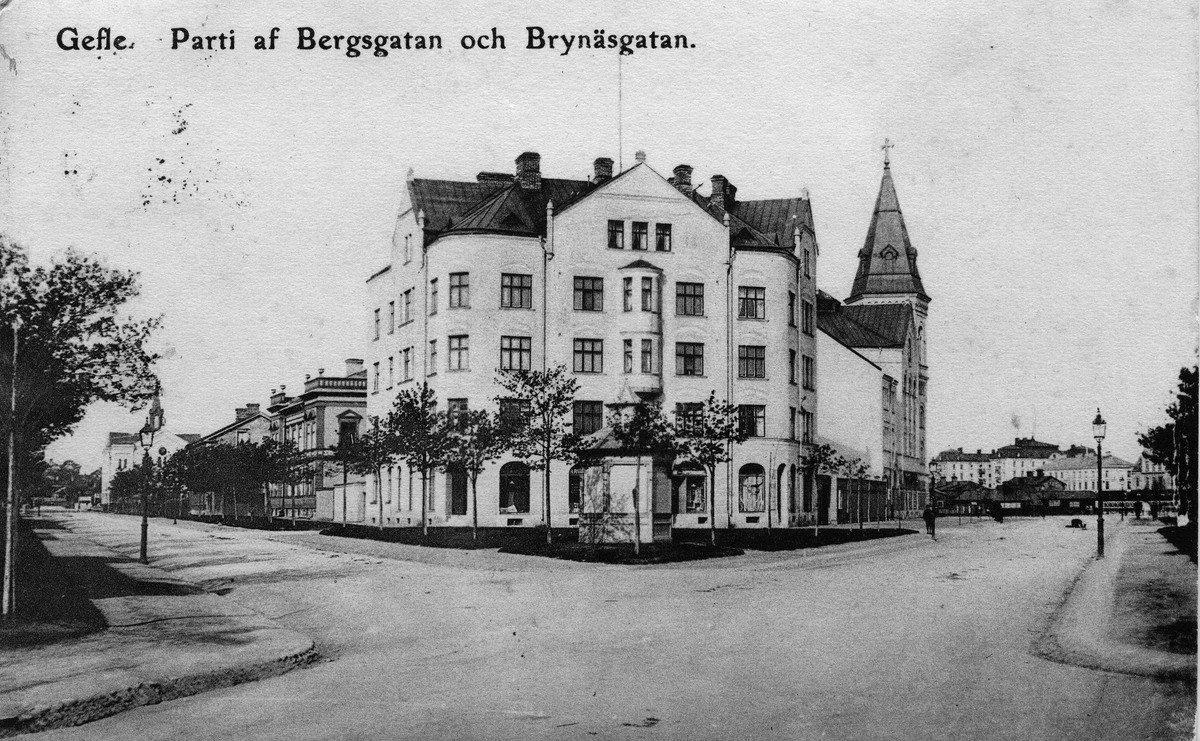 """Parti av Bergsgatan och Brynäsgatan. Ett brevkort till Herr A. A. Bylund, Stockholm. Från Mimmi med texten """"De varmaste hälsningar på """"Anders"""" från oss alla"""". Den 29 november 1907. Skräddarmästaren Anders August Bylund född i Västernorrlands län 1844-05-03, död 1925-12-31."""