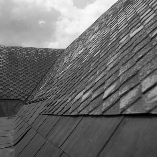Växjö domkyrka, restaurering 1957. Nedplockning av taket. Taktäckning med skiffer.