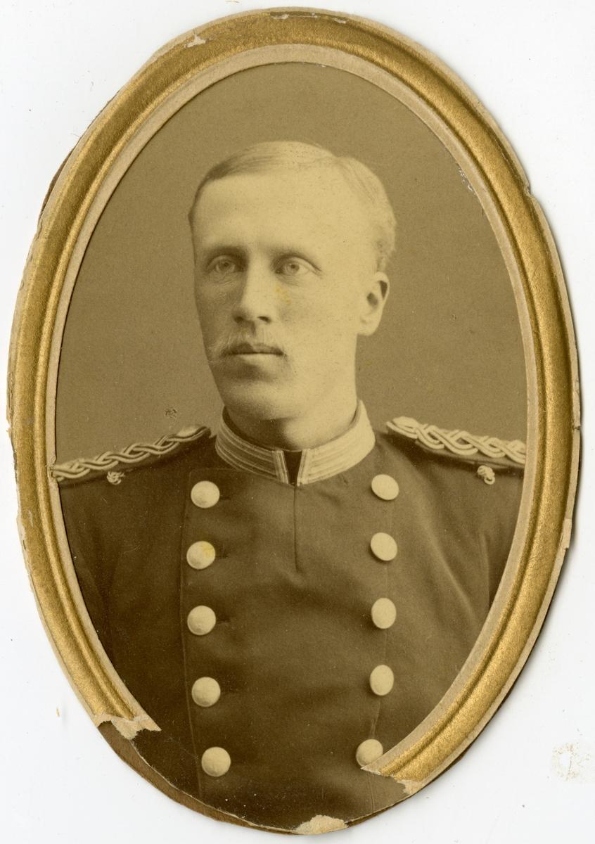 Porträtt av Gustaf Ludvig Torgny Boije Hjertström, underlöjtnant vid Andra livgrenadjärregementet I 5. Se även bild AMA.0007614 och AMA.0009519.