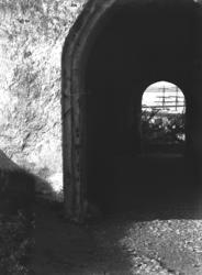 Foto av en mindre fästningsport med portvalv, på Varbergs fä