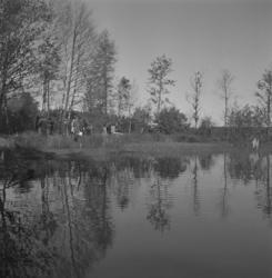 Ridtävling, 5/10 1947. Kontroll vid en göl.