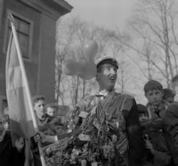 Studenterna, andra d. 1960. Fanbäraren håller koll på talar