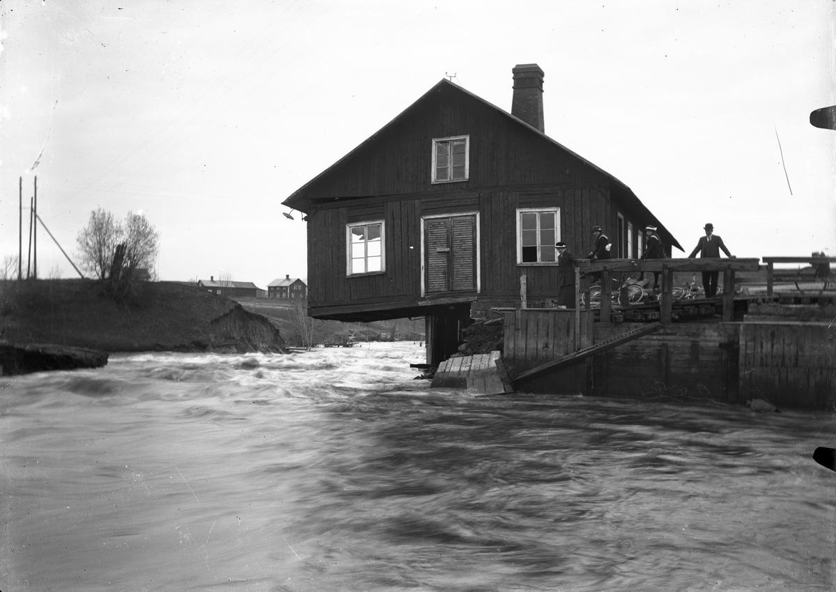 Skada på husgrund på grund av översvämning.