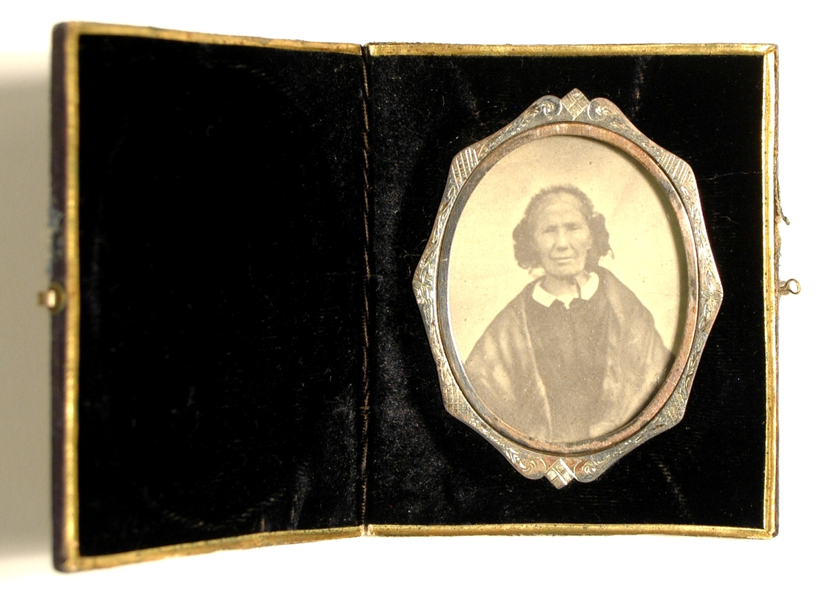 Fotografi på papper monterat i etui, på insidan klätt med blå sammet.