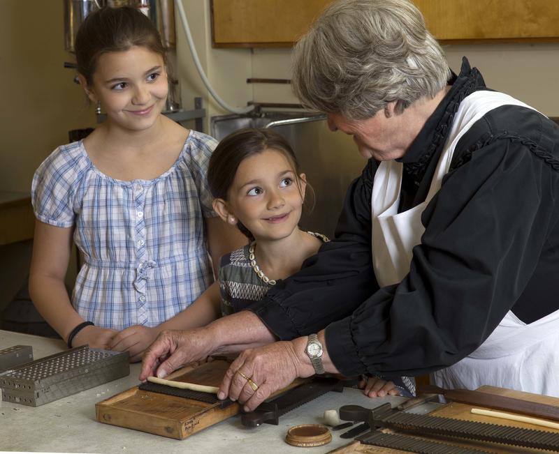 Pilletrilling i Frogner apoteks laboratorium – en populær aktivitet for barn.