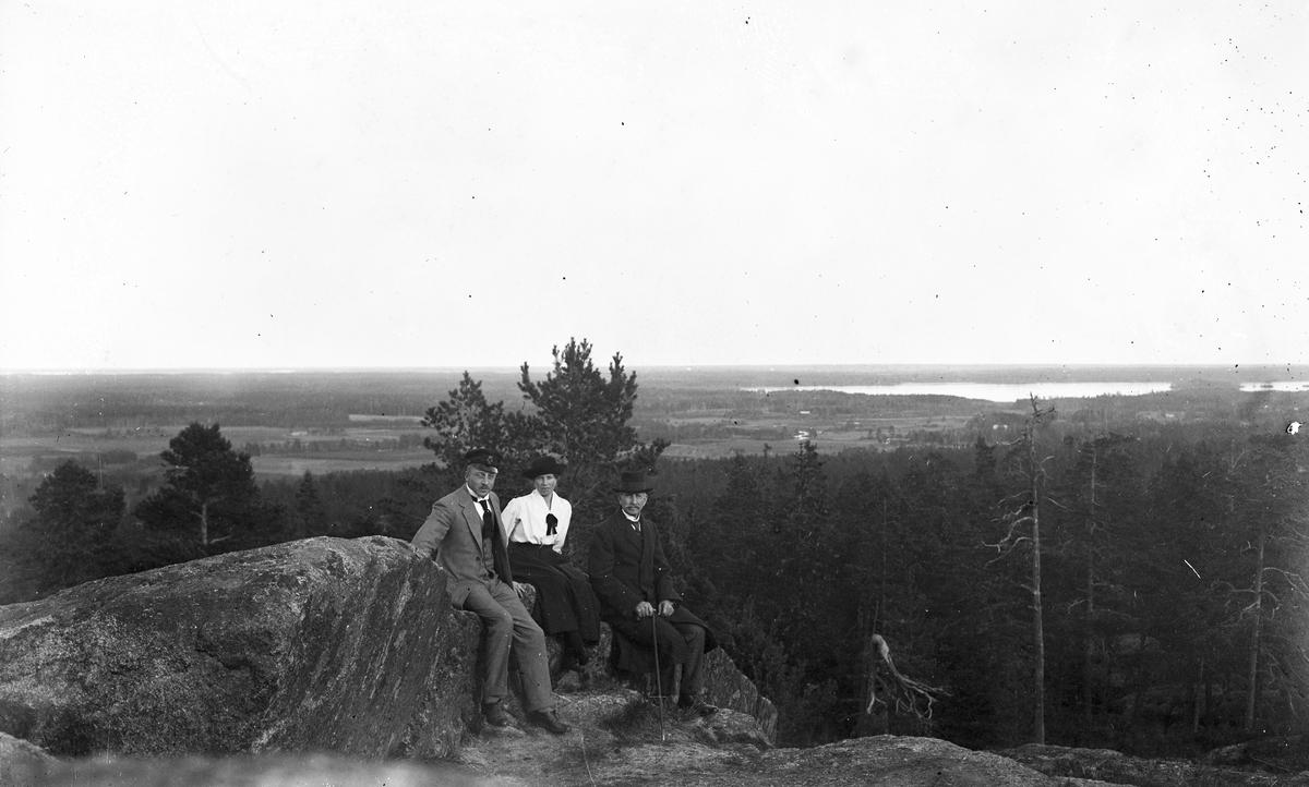 Från vänster Helmer Norling, okänd kvinna och Herman Norling vid Klocksberg i Torsåker.