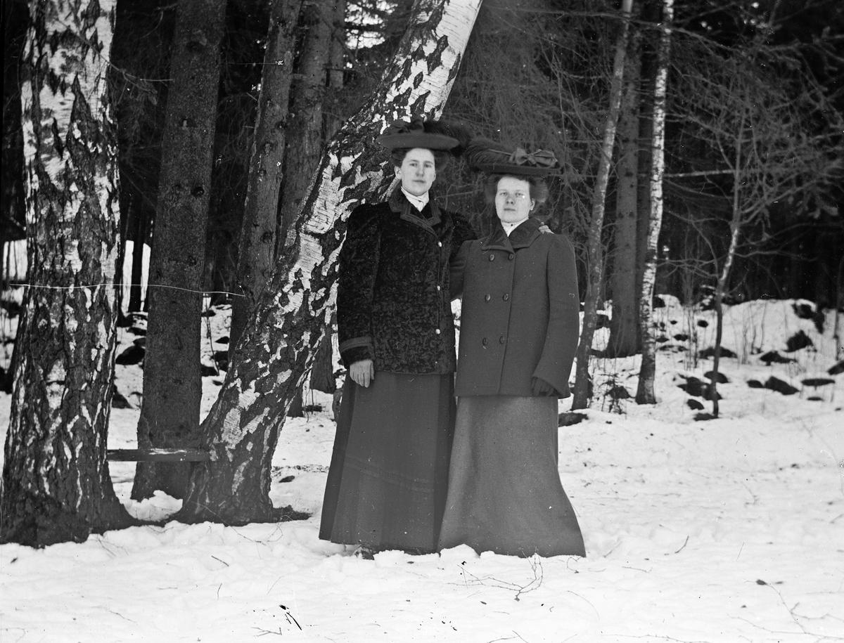 Två kvinnor på vinterpromenad. Troligtvis i Gammelstilla, Torsåker.