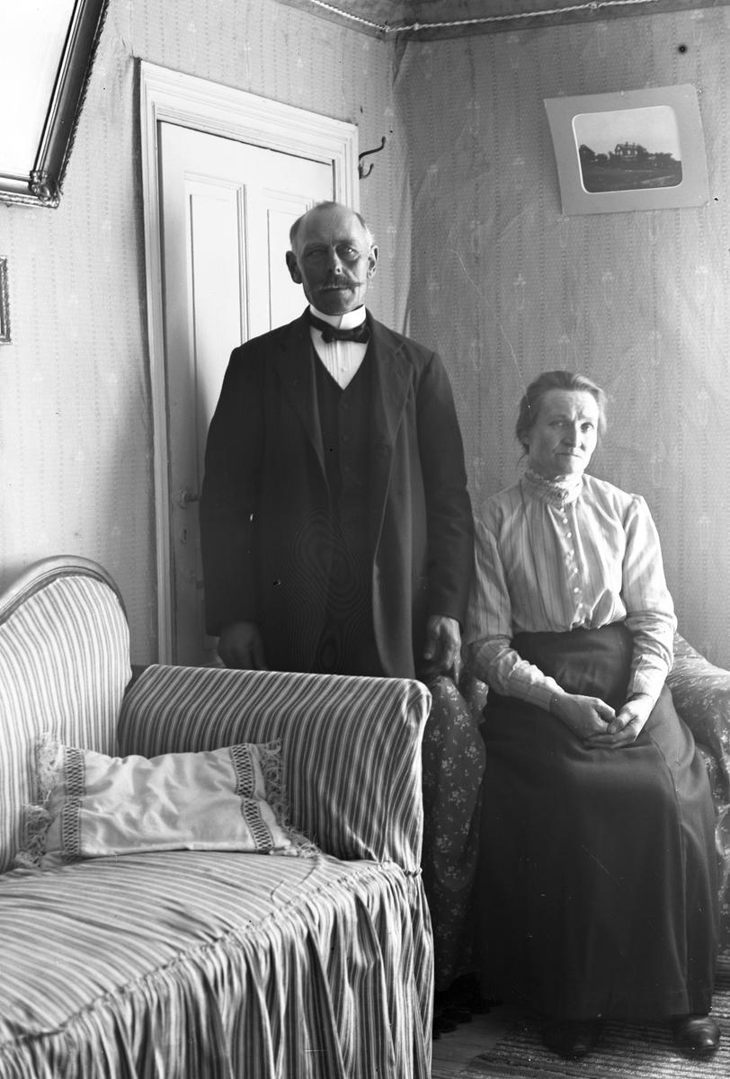 """Olivias mor och far. Per Erik Pettersson och Anna Greta Andersdotter på """"Erkis"""", i Berg nummer 7. (Olivia är Josef Erikssons blivande fru)."""