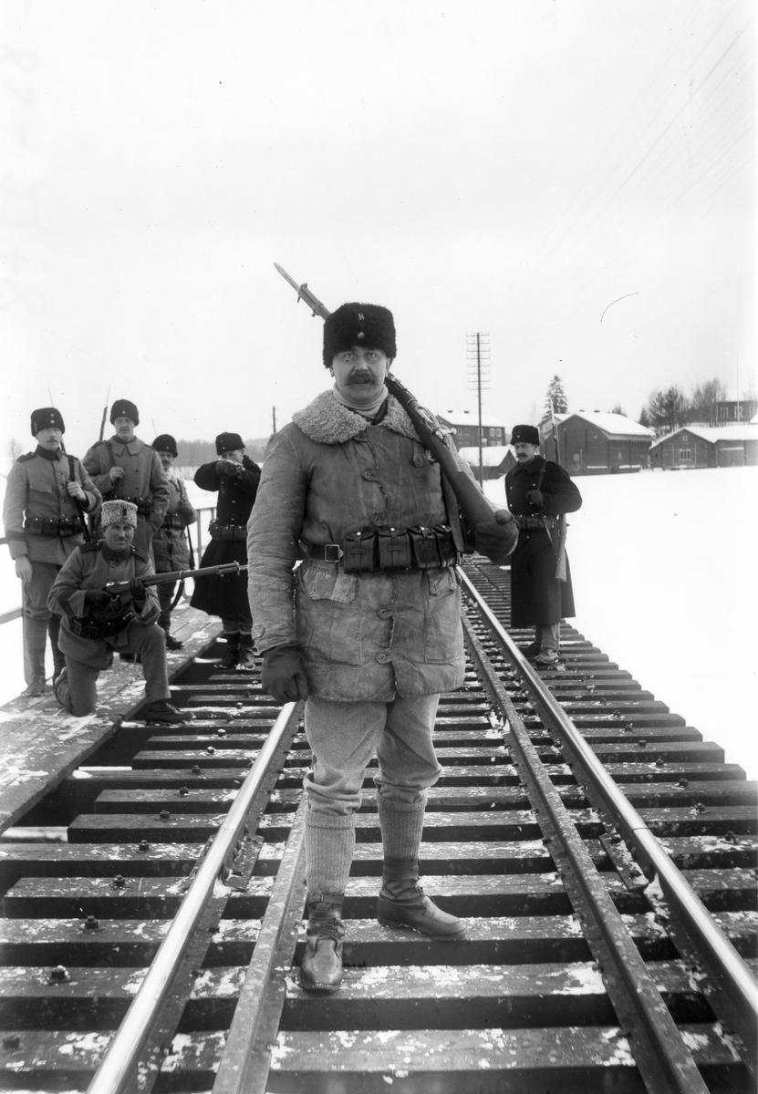 Okända beväringar vaktar bron över Voxnan under första världskriget.