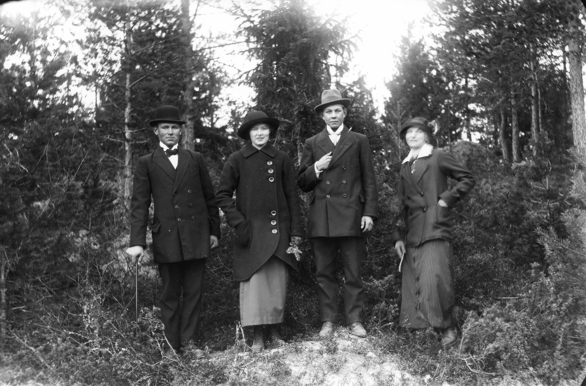 Från vänster: Helmer Olsson, Kattnäs (Lenninge 4:47, 48), född 1896, Elin Hällmér, Seth Johansson (Lenninge 5:31) och Vendla Johansson (Lenninge 5:31).
