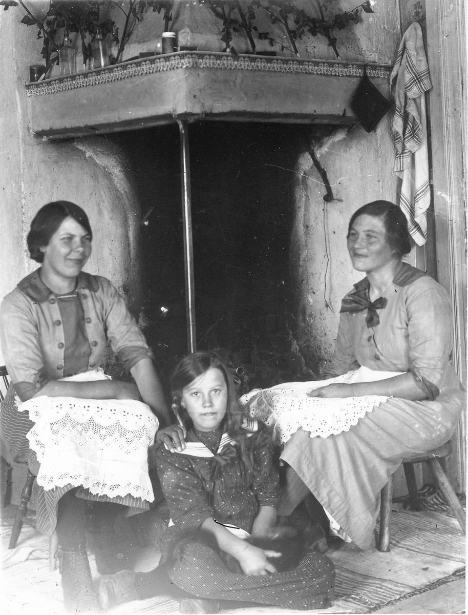 """Bergsängets fäbod (Bergsänge). Kvinnan till vänster är Anna Nilsson (""""Nilses-Anna""""), född 1895, kvinnan till höger Marta Hansson (""""Per-Ers""""), född 1894. I mitten sitter lillpigan Stina Frisk, (""""Kasänge""""), född Eriksson, 1905. Stina och Marta var kusiner."""