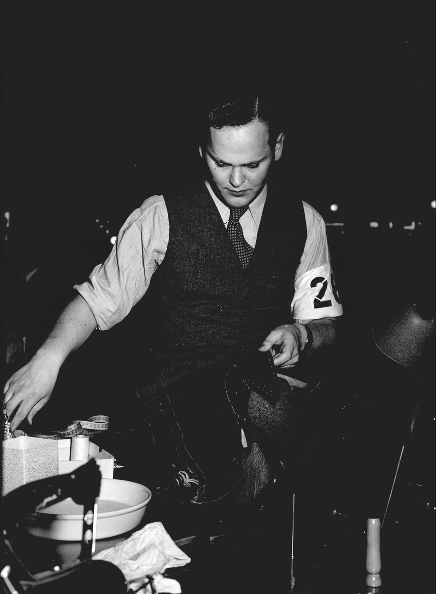 Hantverkstävling på Rotundan den 2 april 1950. Skräddare