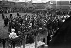 Soldater samles på sportsplassen 17. mai 1945. Feiring av fr