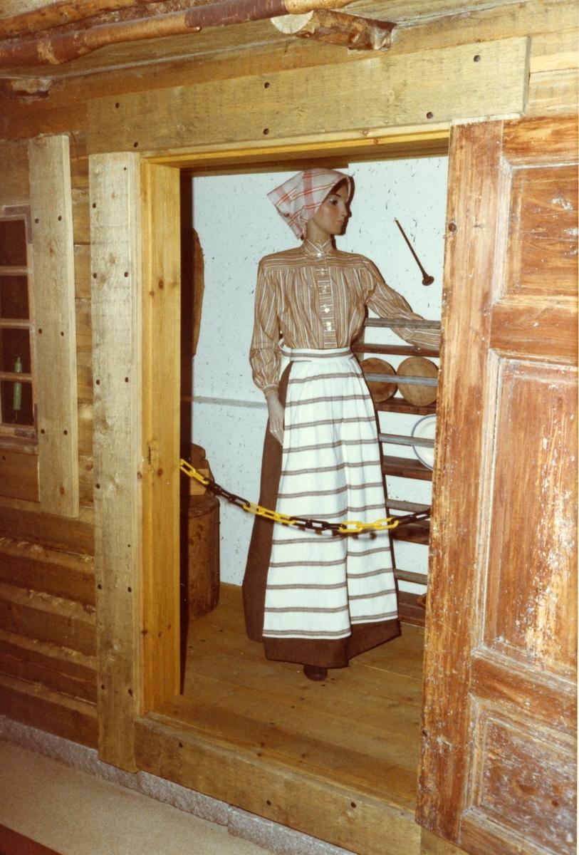 Soldattorp med kvinnofigur. I 2:s museum, Karlstad.