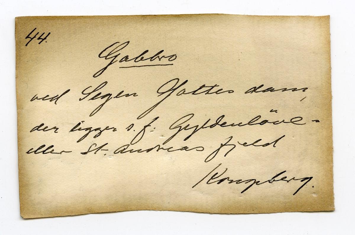 Etikett på prøve: 44  To etiketter i eske:  Etikett 1: 44. Gabbro ved Segen Gottes dam, der ligger s.f. Gyldenløve- eller St. Andreasfjeld Kongsberg.  Etikett 2: Gabbro ved Segen Gottes dam, der ligger syd for Gyldenløve- eller St. Andreas-fjeld.