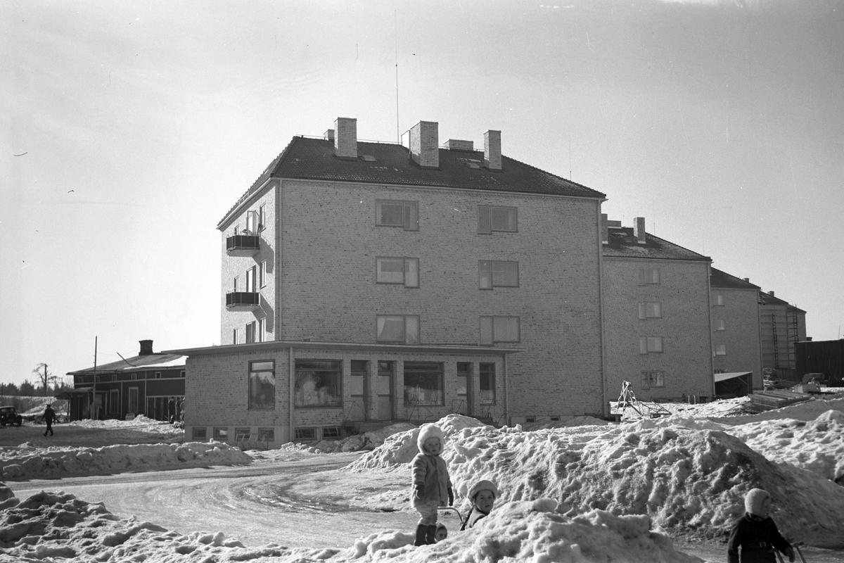 Stadsvy över nybyggda fastigheter på Hillmansgatan, Brynäs. 1948.