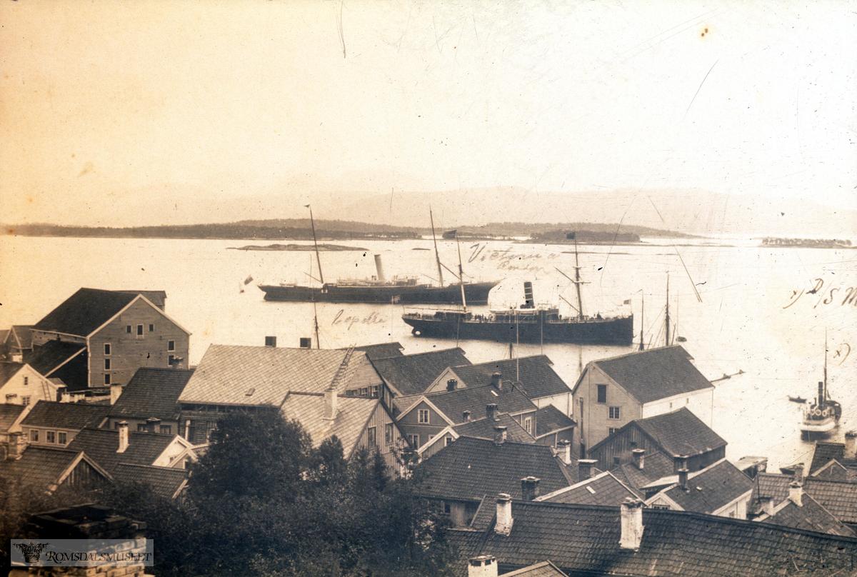 Vi ser Schistad sitt hus i Storgata til venstre i bilde, det er her ikke ferdigbygd enda. Huset ble ferdigstilt i 1889..Vi ser også at N.P Dahl sitt hus enda ikke er bygd, det ble bygd i 1891 og det gamle huset i en etasje ble revet og flyttet til Rindarøya.