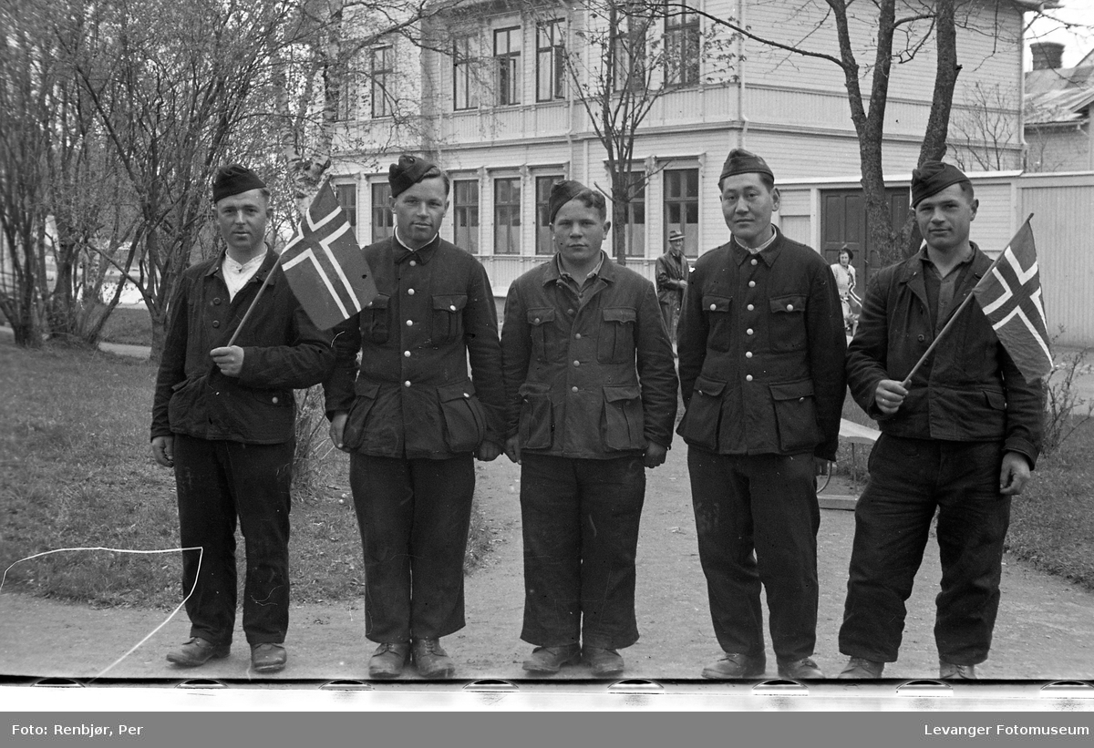 Lærerskolens opptog fredsvåren, frigivne sovjetiske, russiske krigsfanger.
