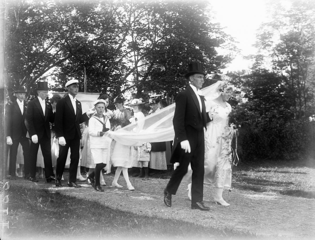 """""""Brudparet Hallgren på väg in i kyrkan"""", Altuna socken, Uppland 1921"""