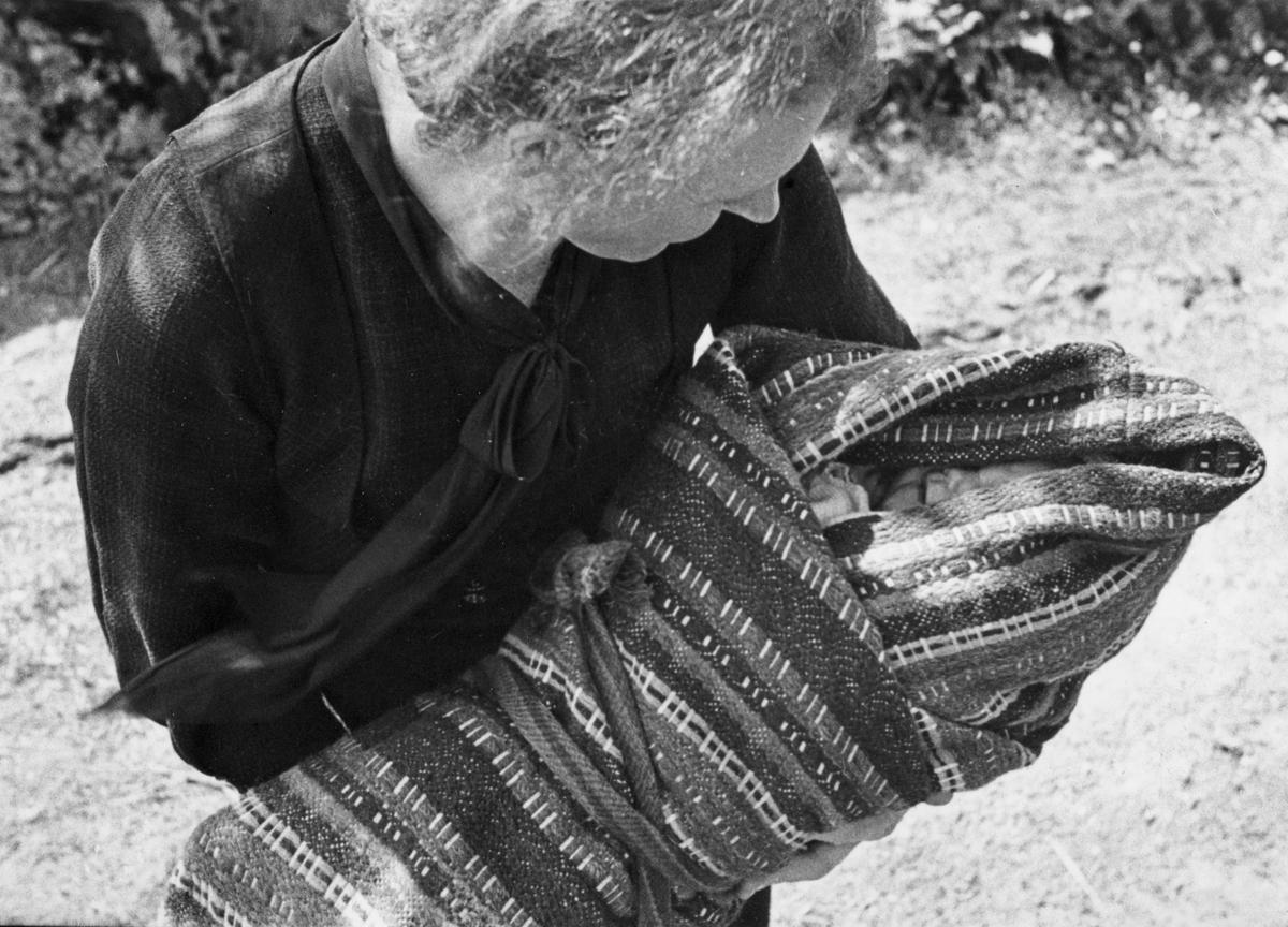 Barn bæres i linde til dåp. Fjotland, Kvinesdal, Vest-Agder 1941.