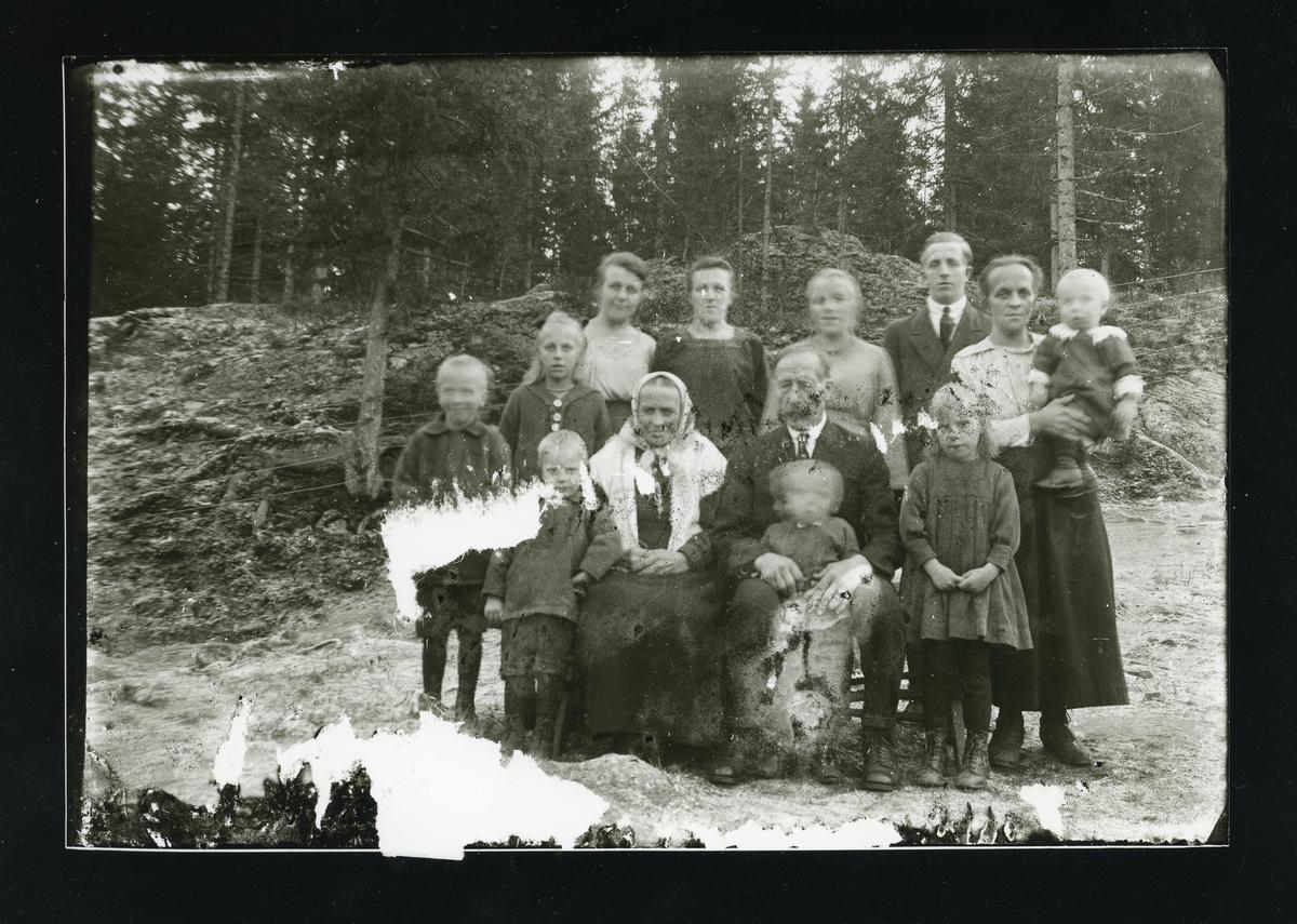 Herman og Kari Skogstad med barn og barnebarn.