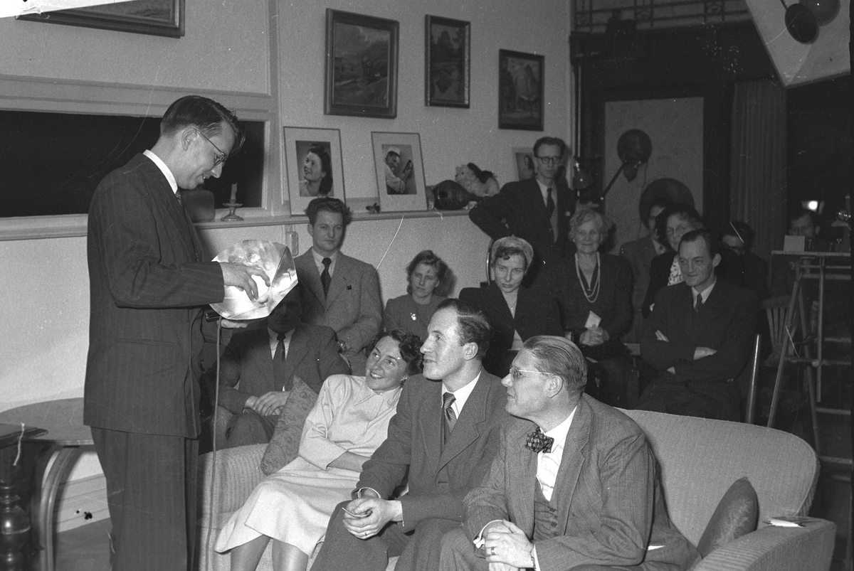 Fototräff i ateljén. Demonstration av herr Lund från Söderhamn. 1949.