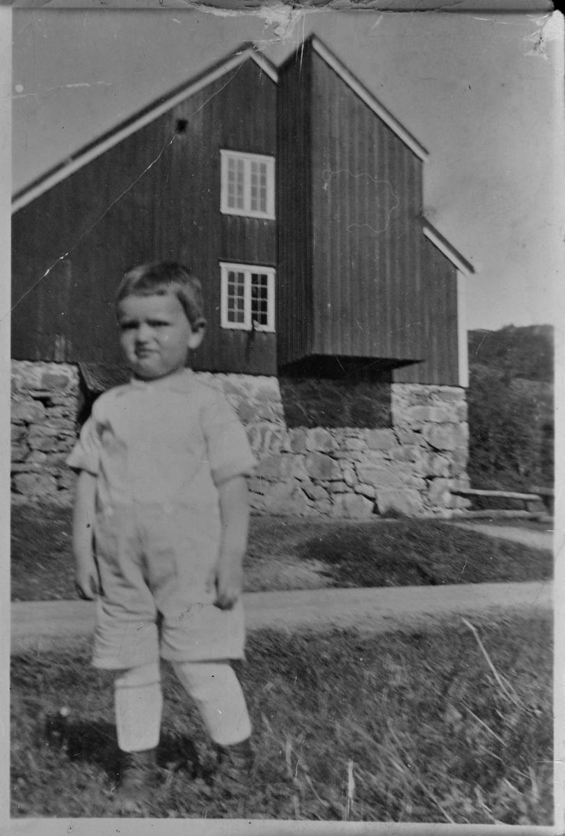 Tore Hagen foran kverna på Mebostad ca. 1934