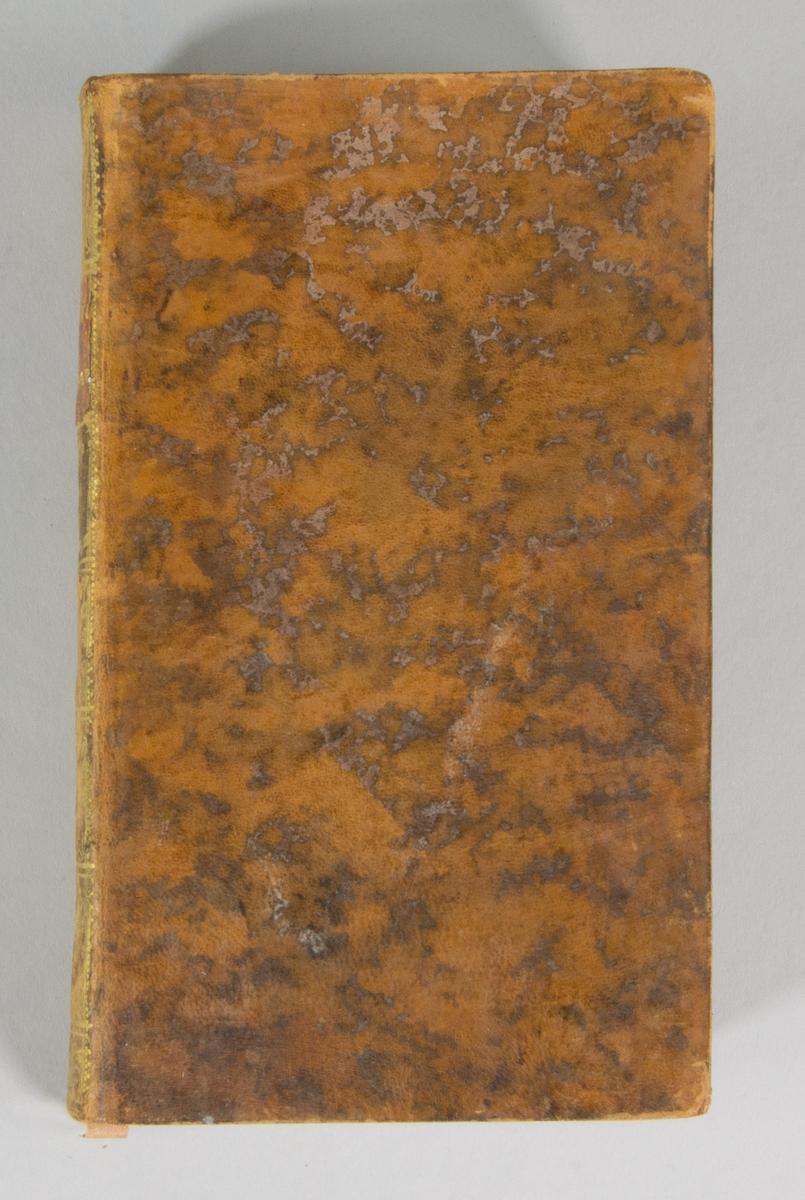 """Bok, helfranskt band: """"Memoires geographiques, physiques et historiques"""", vol. I, skriven av Jacques-Philibert Rousselot de Surgy och tryckt av bokhandlare Durand Neveu i Paris 1767.   Bandet med blindpressad och guldornerad rygg, ett rött titelfält med blindpressad och titel. Pärmen klädd i marmorerat kalvskinn. Pärmarnas sidor förgyllda. Med svarta marmorerade snitt och marmorerade försättsblad. Med rosa bokmärke av siden. Signerad """"U Celsing Tom 4"""" på smutsbladet."""
