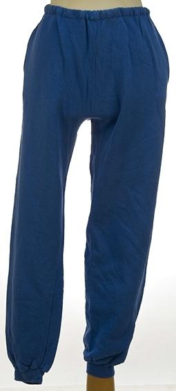 Vanlig treningsbukse med strikk i livet og nederst på bukseben. Antakelig avkortet i livet for strikk der er isydd med hånd