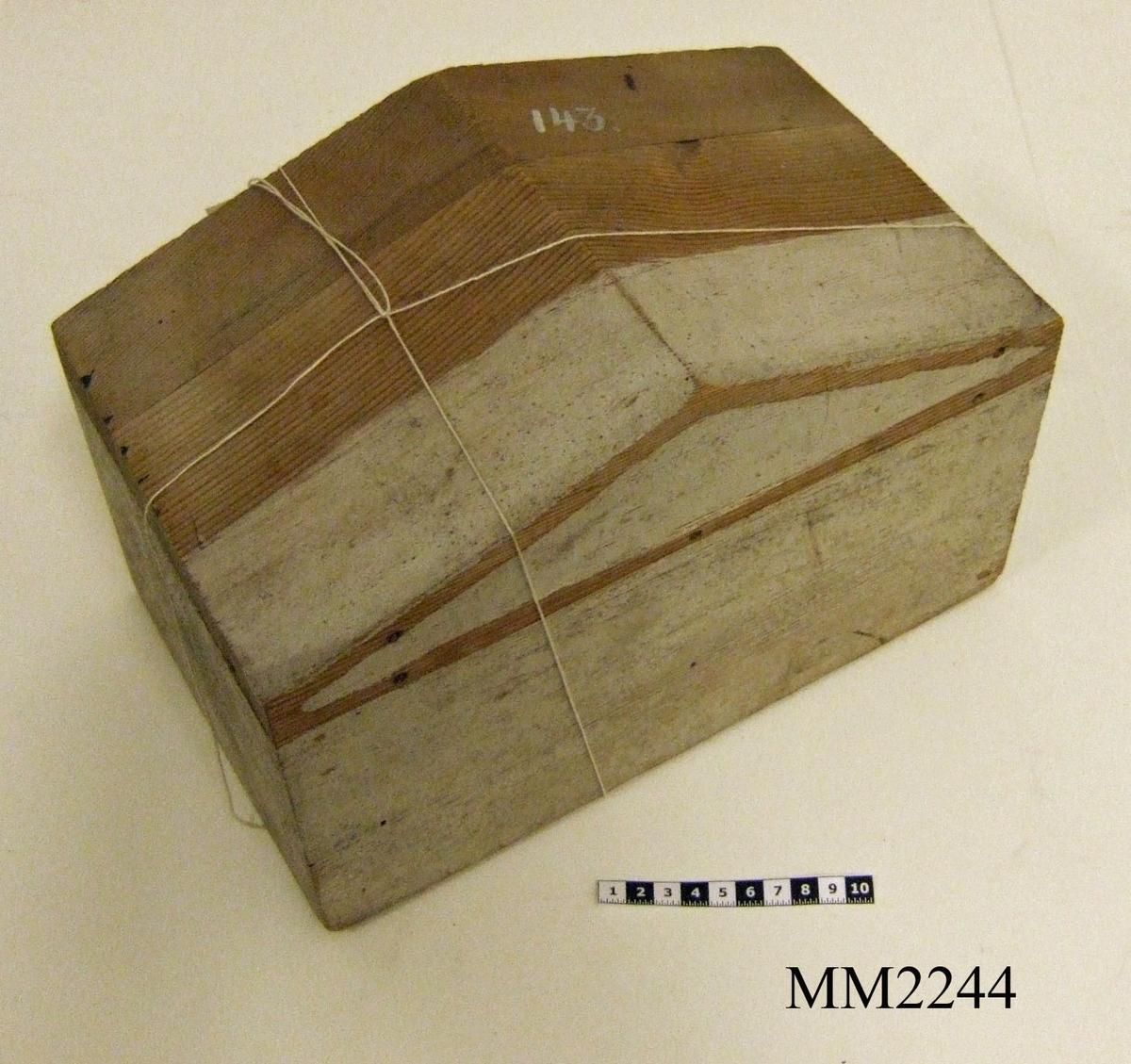 """Gavelmodell av trä, utgörande projekt till gavelkonstruktioner för nya inventariekammrarna på varvet 1785-87. Två st är ej kompletta då stommarna fattas. En st gavelmodell erhållit gamla nr. Övriga delar på nr 4023, 12385-12390.  Vid inventering 1998: Rektangulär form med sadeltaksformad topp. Har haft list med tympanonfält, endast träplugg återstår. Slät utan utsmyckning, delvis målad i gråvitt. Tidigare märkning """"143"""" samt """"Anno 1785""""."""