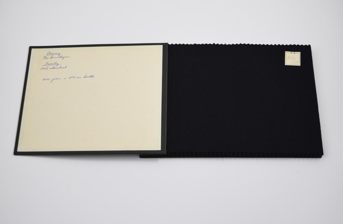 Prøvebok med 3 prøver. Middels tykke ensfargede stoff. Likt vevemønster for alle prøvene, fargen varierer. Stoffene ligger brettet dobbelt i boken. Stoffene er merket med en firkantet papirlapp, festet til stoffet med metallstifter, hvor navn og nummer er påført for hånd.   Stoff nr.: Skitói/blått, Skitói/brunt, Skitóy/grónt.  (Alternativt: Skitøi, skitøy.)
