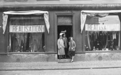 Manufakturaffär med tre biträden, i skyltfönstren hänger ban