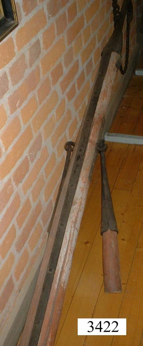 Brandhake av järn. Bommen utav trä är avsågad. Har tillhört Kungsholms fästning.