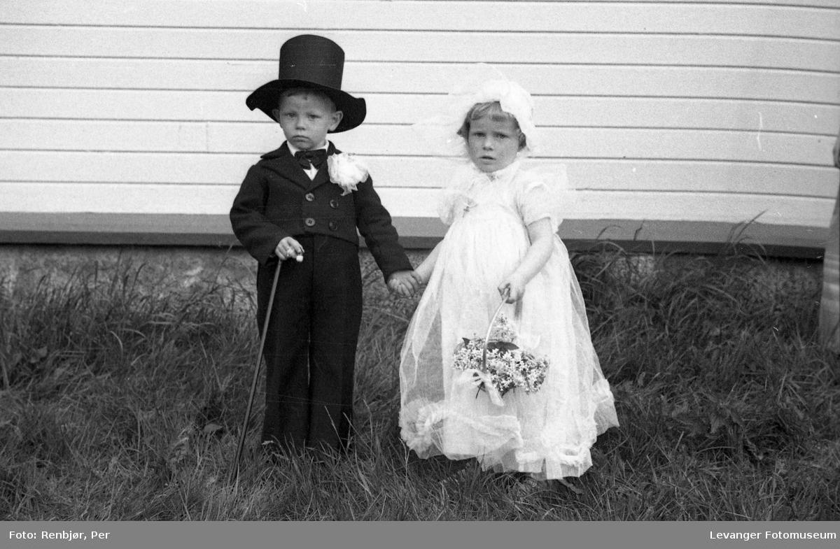 Sanitetens' Opptog, Levanger, gutt og jente utkledd som brud og brudgom.