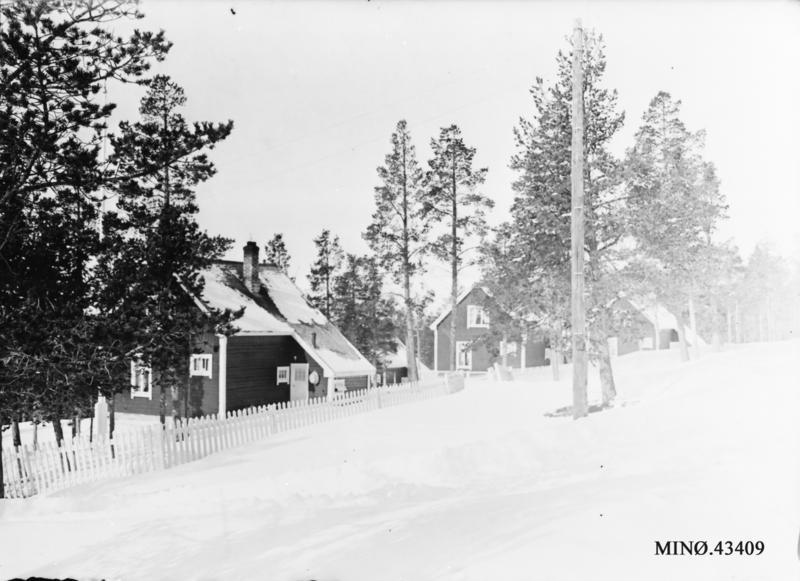 I den øverste rekka i boligfeltet på kartutsnittet vart det bygd tre likedanne bolighus etter hverandre. Musea i Nord-Østerdalen, nr. 43409