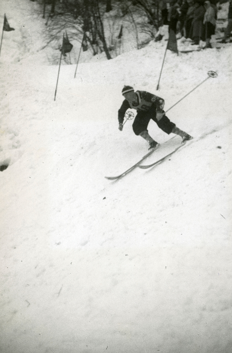 Athlete Reidar Andersen during down hill race