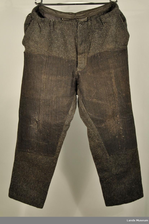 Bukse i kraftig vadmel. 2 lommer foran og 1 lomme bak. Beltehemper.