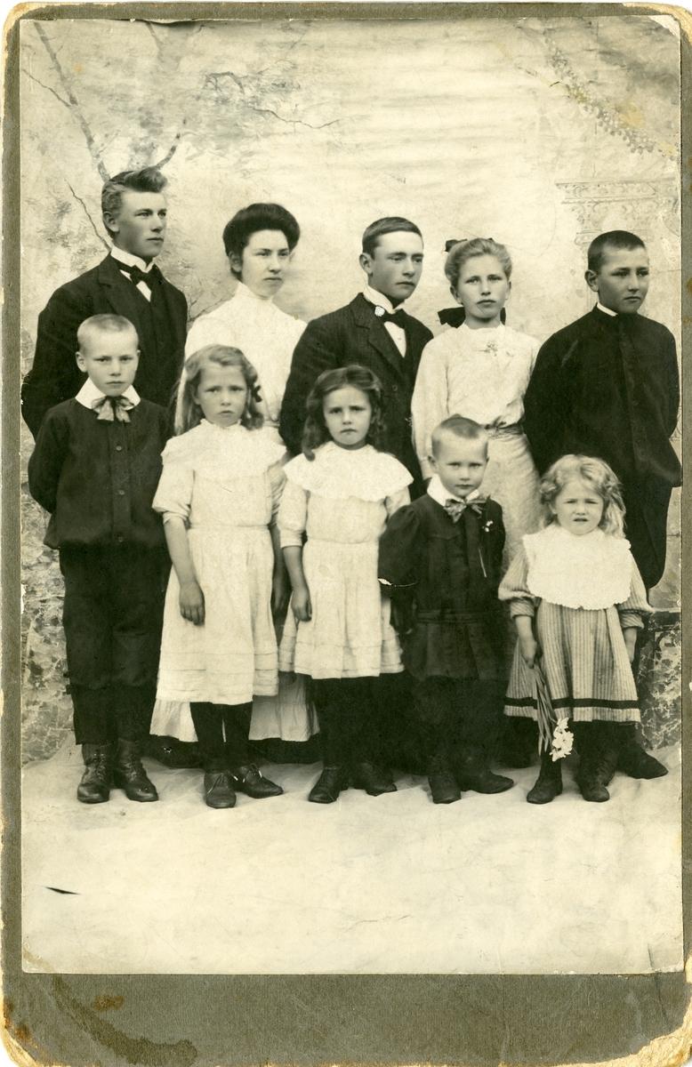 Familieportrett av barna til Ole E. Thorsrud.