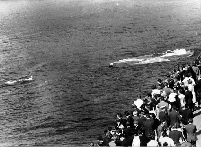 17 mai 1970. Fallskjermhopper lander v/kaien.