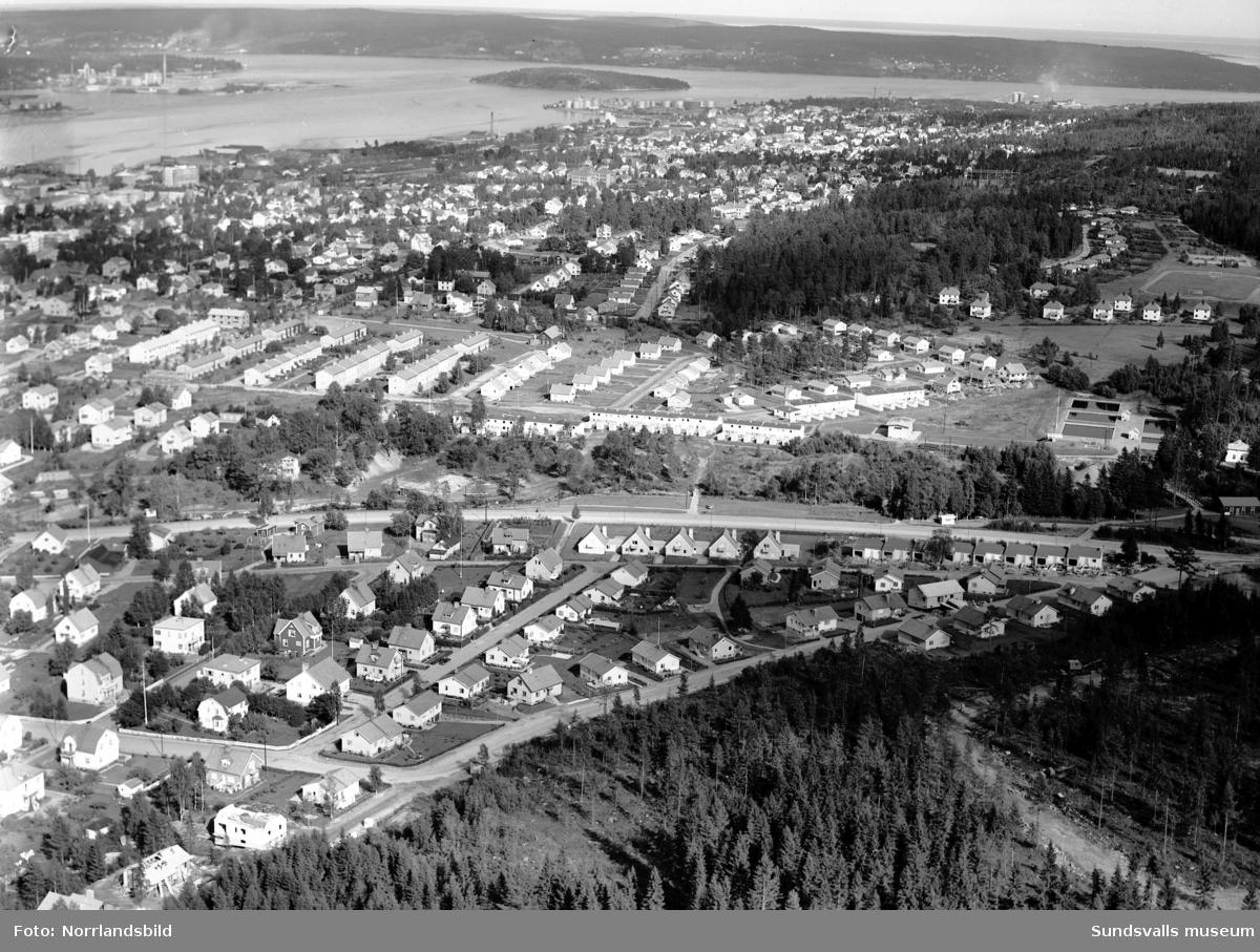 Flygfoto över Villaområden i Sidsjö, Fagerdal, Södermalm. I mitten av bilden Fagerdalsparken där man börjat med bygget av Fagerdalsbadet. Till vänster om det står ännu den gamla disponentvillan kvar.
