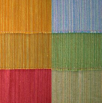 Dessa sex vävprover har samma mönster men i olika färgställningar. Varpen är i två till tre olika färgnyanser med en slumpmässig solvning med cottolin i varp och lingarn i inslaget. WLHF-0107:1 Har en gul och orange varp med orange inslag. Provet mäter 380*420mm och är märkt: Duktyg i cottolin-lin Bredd 100cm N:R 22 PRIS 39:-/m. WLHF-0107:2 Har samma varp som 107:1 men med oblekt lingarn i inslaget. Provet mäter 380*420mm och har samma märkning som 107:1 men med N:R 23. WLHF-0107:3 Har en röd, rosa och orange varp med rött inslag. Provet mäter 170*760mm. WLHF-0107:4 Har en blå, grön och turkos varp med ljusgrönt inslag. Provet mäter 390*410mm och är märkt:Överdragstyg- eller duktyg cottolin-lin. Bredd 78cm N:R 20 PRIS 52:-/m. WLHF-0107:5 Har en ljusbrun, grön och mossgrön varp med grönt inslag. Provet mäter 420*1090mm och är märkt: Överdragstyg- eller duktyg. Cottolin - lin. Bredd 110cm N:R 21 PRIS 72:-/m. WLHF- 0107:6 Har samma varp som 107:5 men med ljusgrönt inslag. Provet mäter 410*390mm och är märkt: Cottolin-lin. Bredd 109cm. 1,6 mtr L534 Pris 63:-/m.