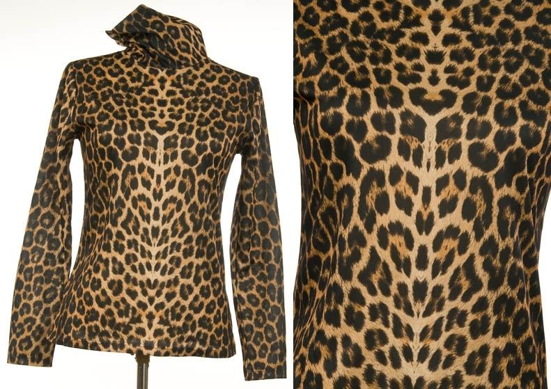 Tynn, leopardmønstret selskapsgenser. Langermet med høy hals.