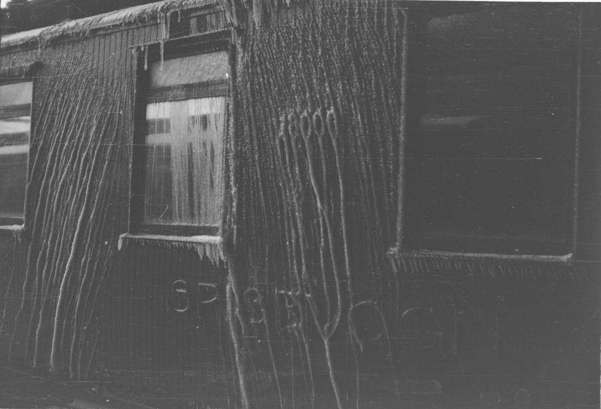 Tog 38, nattoget fra Sverige, har ankommet Oslo Ø. Nediset norsk spisevogn.