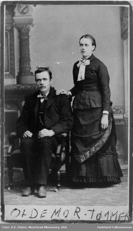 Bilde av ei kone stående ved siden av sin mann.