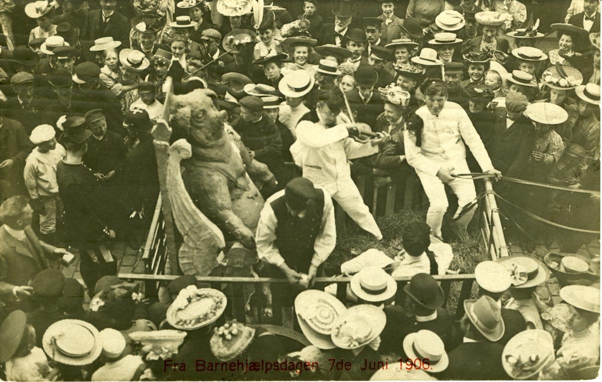 Opptog på Barnehjelpsdagen 7/6-1906 Folkemengde Damehatter Studenter