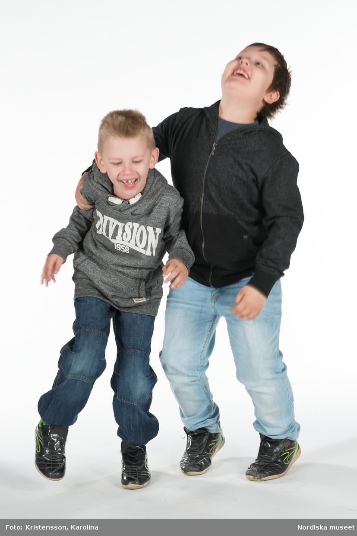 """Barn och lärare från Skogås skola fotograferade för att bli """"klippdockor"""" i projektet """"Skapande skola"""""""
